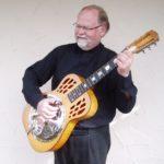 Daffy mit Dobro-Gitarre