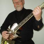 Daffy mit Belltona-Gitarre