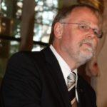 Dekan Dr. Winfried Dalferth bei der Ansprache zur Gedenkfeier des Jahrestags der Zerstörung Crailsheims mit Kranzniederlegung am 20. April 2013 auf dem Ehrenfriedhof in Crailsheim.