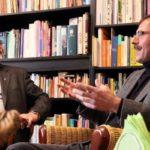 Der katholische Pfarrer Thomas Hertlein, recht, im Gespräch mit Dekan Dr. Winfried Dalferth.